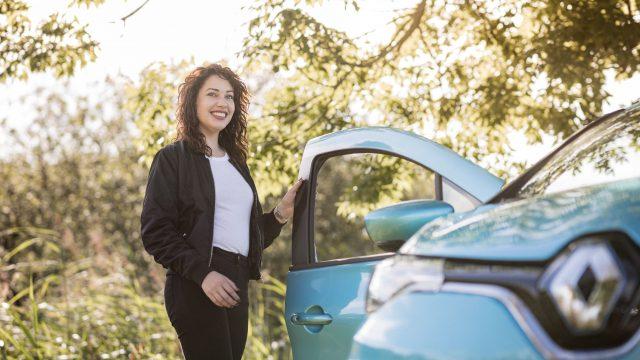 Mariëlle Flens bij de Renault ZOE