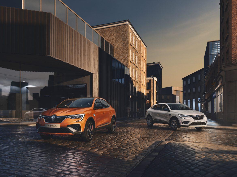 Oranje en witte Renault ARKANA driekwart voor