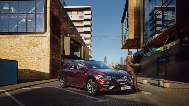 Rode Renault Talisman Estate driekwart voor